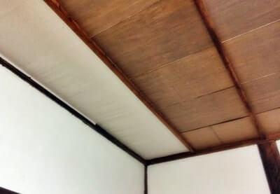 和室の天井に壁紙を貼る