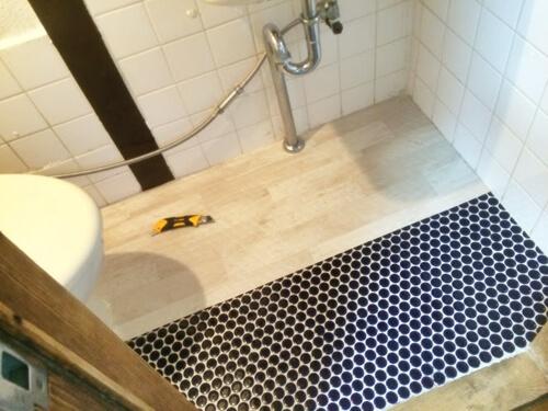 トイレの床を貼っていく