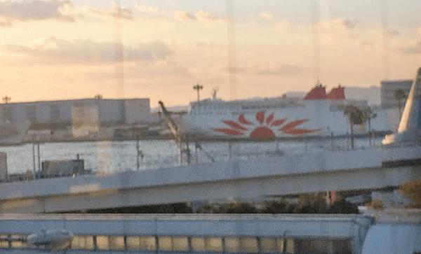 大阪湾に停泊するサンフラワー号
